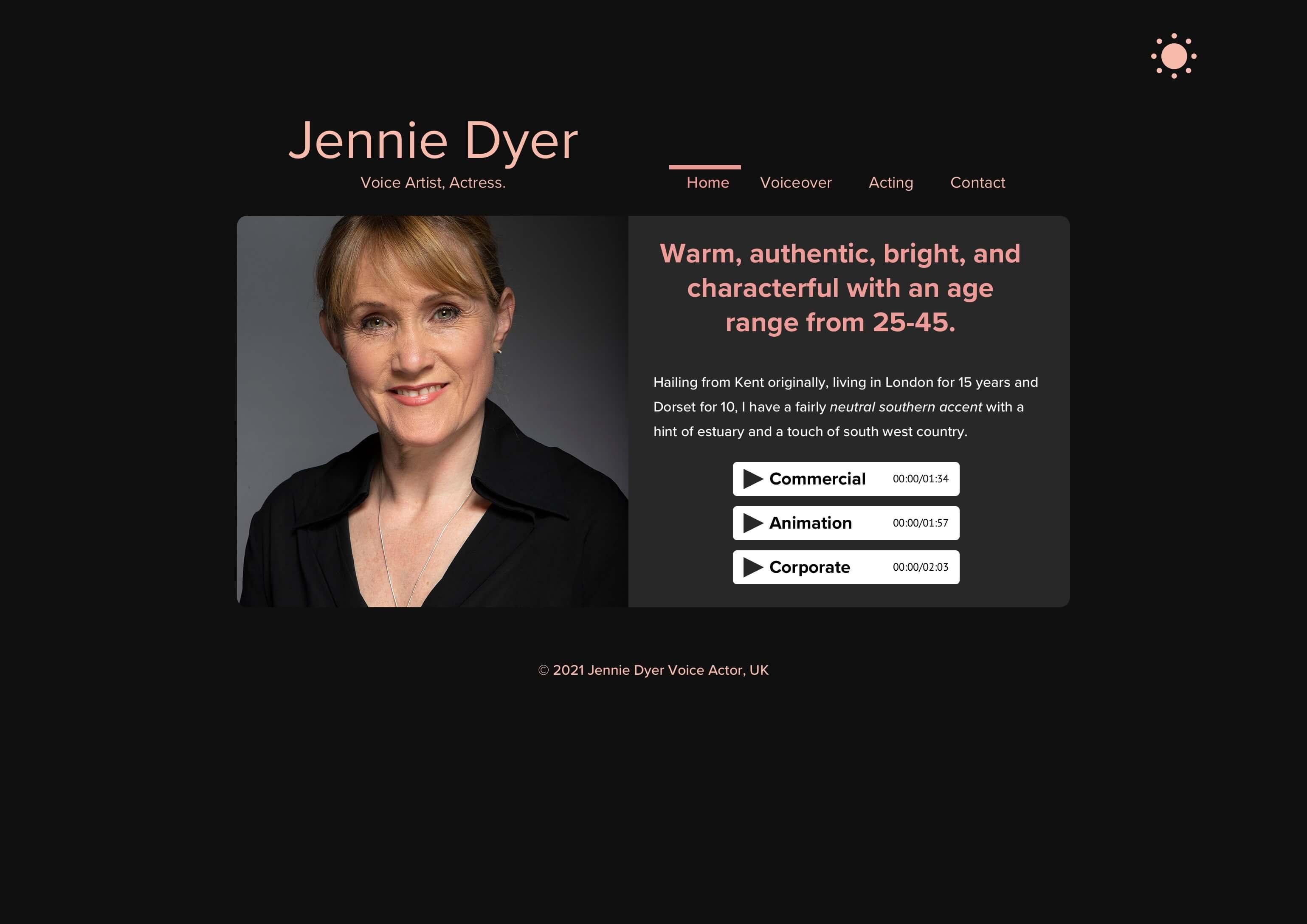 """Sieht das nicht amtlich, edel und repräsentativ aus? Jennies kompakte Homepage mit neuem Text, dunklen Farben und einer neuen Copyright-Zeile à la """"© 2021"""""""